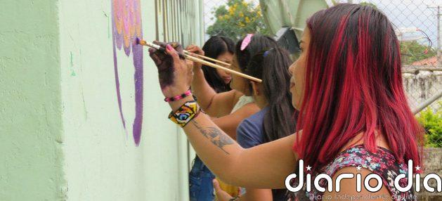 Mujeres decoran un mural con mensajes de paz en Colombia. La ONU considera que sostener el Acuerdo de Paz con una intensa participación de las mujeres es vital para enfrentar tanto la covid-19 como las desigualdades y la pobreza. Foto: Daniel Sandoval/ONU Colombia
