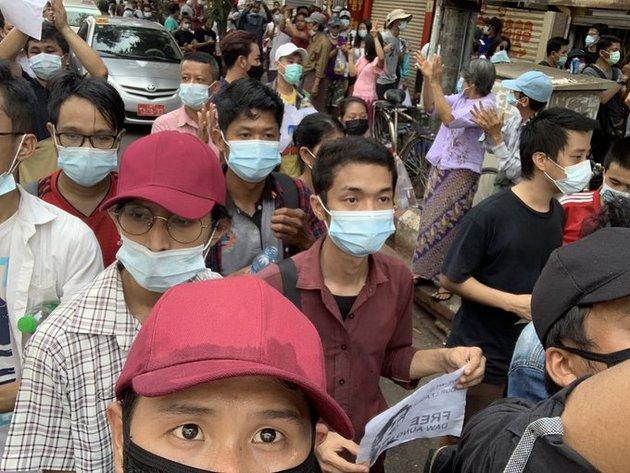 Un manifestante mantiene el saludo de tres dedos contra el golpe militar en Myanmar, tomado de la película